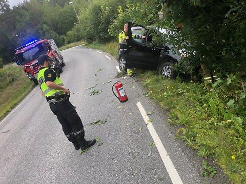 En mann i 40-årene kjørte av Valleveien og inn i et tre.