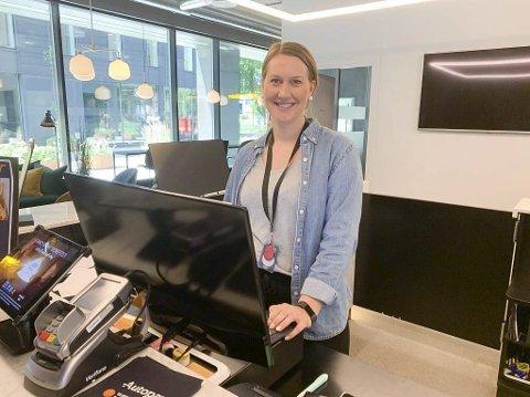 GØY: Resepsjonssjef Anette Bjervamoen ved Comfort Hotel Porsgrunn forteller at 90 av 134 rom på hotellet er booket til deltakere på NFFs talentleir på Kjølnes denne uka, og 100 rom er booket neste uke.