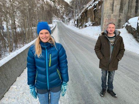 FORNØYDE: Mona Aaby og Magne Wiersdalen i Langangen vel er fornøyde med at det endelig kommer fortau ett Kjøyavegeen-krysset.
