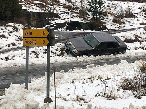 En personbil gikk rett i grøfta på Feset torsdag.