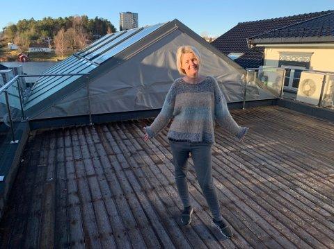 Trude Lyng er veldig fornøyd med den store takterrasasen gårdeier har fått på plass.