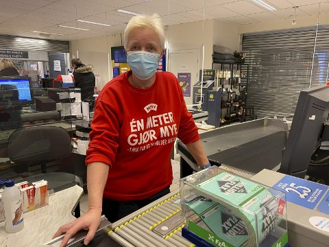 IMOT: Liv Aasbø er matarbeider og tillitsvalgt ved Meny Telemarksporten. Hun er negativ til å åpne opp hele butikken på søndager i sommerhalvåret, slik kjøpmann Joachim Hillbo har søkt om.