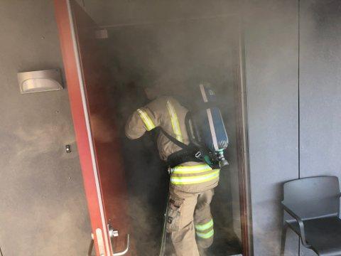 Røykdykkere måtte gjennomsøke leiligheten. Alle var kommet ut og ingen var skadet.