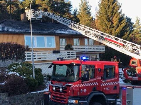 Brannmannskapene var raskt på plass med stigebilen og fikk kontroll over flammene i pipa.