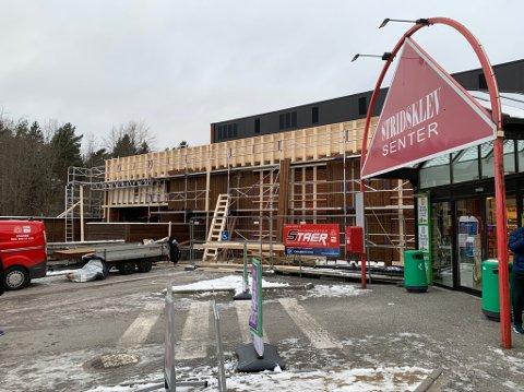 Arbeide med ny fasade på Stridsklevsenteret er påbegynt.