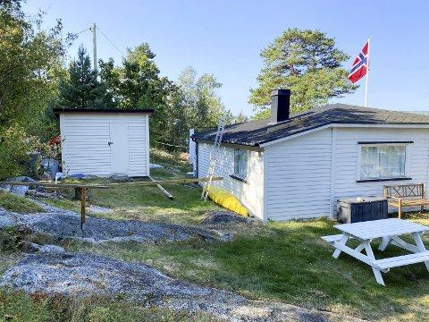 HYTTA 1: Dette er hytta på Dikkon der eierne gjerne vil gjennomføre forbedringstiltak for å legge til rette for familien. Men i strandsonen er det komplisert.