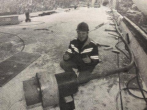 FOR KORT: Seksjonsleder Gunnar Aarhus i Statens vegvesen må bare konstatere at den ene kabelen som skal holde Grenland Bru oppe er 32 centimeter for kort.