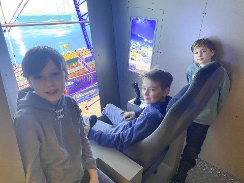 MORO: Even Madsen (11), Timian Larsen (10) og Henning Madsen (8) syns det er gøy på DuVerden. – Det er veldig gøy, og man merker ikke at man lærer ting. Det er gøyere enn skole, sier Even Madsen.