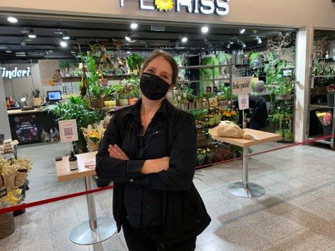 Trude Stenehjem driver tre blomsterbutikker i Porsgrunn og Skien, blant annet Floriss på Vestsida. Hun mener Porsgrunn burde begynne å kjøpe varer fra utsatte ferskvarebedrifter som henne. – Skien har kjøpt varer av meg for 12.000 kroner. Det hjelper, sier hun.