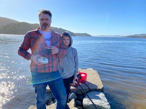 UT I FINVÆRET: Stein Olav og Jens Kåsa prøvde fiskelykken i Eidangerfjorden tirsdag.