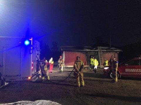 STORE RESSURSER: Store styrker rykket ut da det kom melding om at det var full fyr i en garasje på Rørholt, og at det var fare for spredning. Brannvesenet fikk raskt kontroll over brannen.