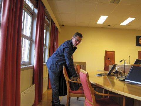 AKTOR: Politiinspektør Odd Skei Kostveit representerte påtalemyndigheten under rettssaken mot 21-åringen, som nå er dømt til å betale bedrageriofrene nesten 30.000 kroner i erstatning.