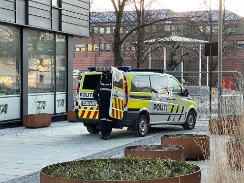 Her blir mannen tatt av politiet, like ved hotellet og der PD og TA har sine kontorer på Kammerherreløkka.