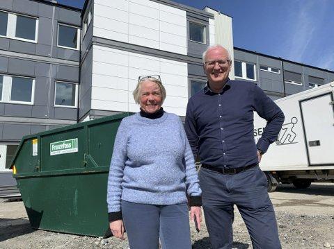 Åpner på mandag: Kirsten Marie Hansen og Ivar Realfsen foran brakkeriggen som skal fungere som midlertidig ungdomsskole på Tveten fram til utgangen av 2022.
