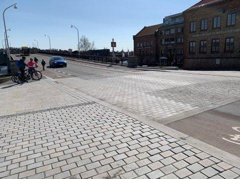 """Brusteinsfeltet blir kalt """"tilrettelagt kryssing"""" av Bypakke Grenland. Da PD tok bilde søndag valgte bilen å stoppe for syklistene som hadde stoppet på fortauet ved siden av."""