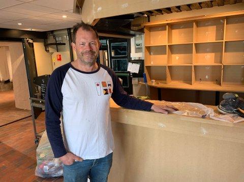 NY BAR: Hans Arne Frøland har revet den gamle baren på Kafe K for å gi plass til en ny servicebar.