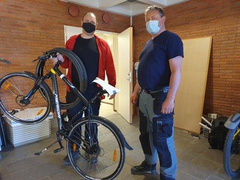 Sykkelreparatør Kennet Bjaanes ga sykkelen til Arne Christian Melbye (t.h.) velfortjent overhaling og dekkskift.