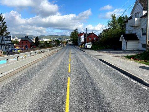 Framover kommer kun et kjørefelt på deler av Herøyavegen til å være åpen for trafikk. Dette løses med midlertidig lysregulering.