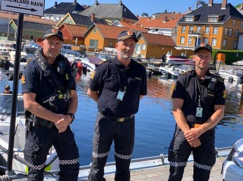 Politiet satser på båtpatruljen i sommer også. Fram til skolestart skal det være minst en båt på vannet hver dag. Det er ekstra fokus på bruk av vest og ruskjøring. Terje Sandik, Dag Størksen og Nils Anders bruun.