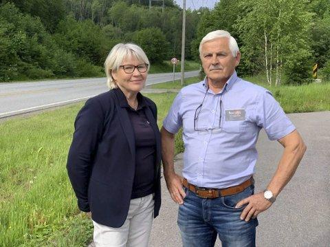 FÅR IKKE VITE NOE: Ekteparet Liv Sannes Ludvigsen og Lars Ludvigsen på Heistad ble bedt om å signere en opsjonsavtale på å avgi grunn til nye E18 og krysset på Kjørholt. Men de får ikke vite hvordan krysset  blir, og hvor mye grunn de må avgi. Det reagerer de veldig på.
