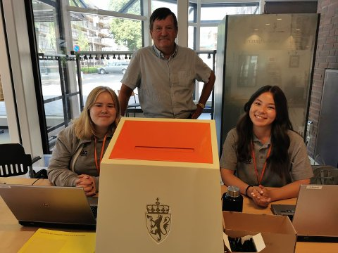 DROP-IN: Stian Stiansen og jentene i valglokalet på Porsgrunn bibliotek er klare for å ta imot flere velgere til tidligstemme.