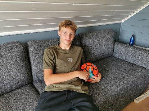 I ARMKROKEN: Ballen tar gjerne plassen ved siden av Brage Evensen i sofaen.