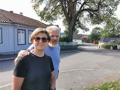 KNUST: Mette Nord og Finn Christiansen har bodd på eiendommen med «Alma» i flere tiår. Treet har på sin side vært en del av eiendommen i århundrer.