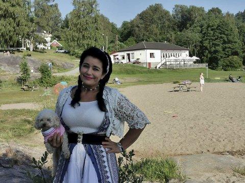 GLEDER SEG: Hanne Øvrebø, lokalt kjent som «Hanne på landet», er kjempeklar for en ny sommersesong på Røra. Her sammen med Røras maskot, hunden «Juna på tuna».