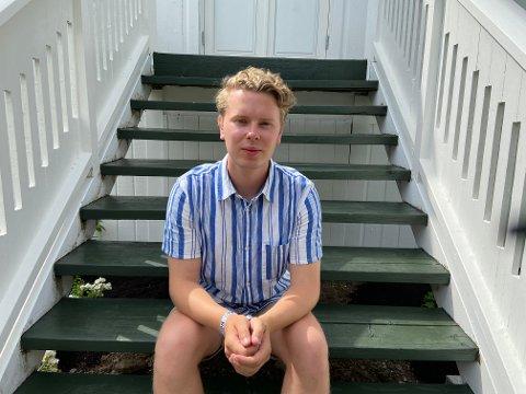 PÅ UTØYA: Fredrik Sørlie  på trappene til hovedhuset på Utøya. Som AUF-er er porsgrunnsgutten svært opptatt av å formidle arven etter 22. juli.