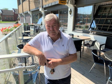 Gisle Strøm har uteservering med 30 sitteplasser. For dette betaler han 15.000 kroner i leie til kommunen årlig. Han mener det blir helt feil om Harmoni Håndverksbakeri skal betale nesten like mye for et par bord og stoler.