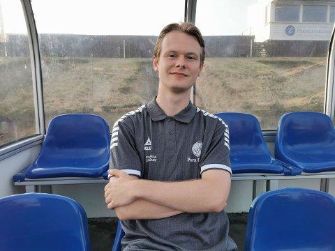 MODEN: Til tross for sin unge alder, er Magnus allerede godt i gang med trenerkarrieren. Etter hvert håper han å ta steget videre.