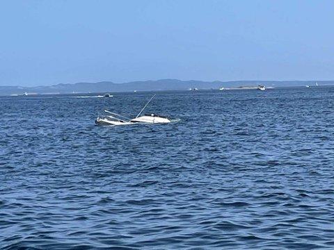 Båten lå slik da redningsskøyta fra Kragerø nådde fram. Politiets etterforsking har avdekket mulig årsakssammenheng i saken.