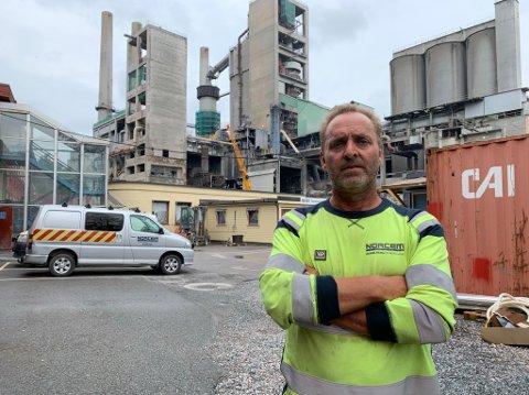 Fungerende fabrikksjef på Norcem, Knut Erik Nielsen, utelukker ikke en totalkostnad på rundt 3 millioner kroner som følge av brannen mandag.