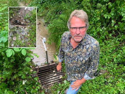 Torbjørn Krogstad i kommunalteknikk advarer på det sterkeste mot å tette igjen bekkeinntak. Her på Knarrdalstrand kunne det gått skikkelig galt.