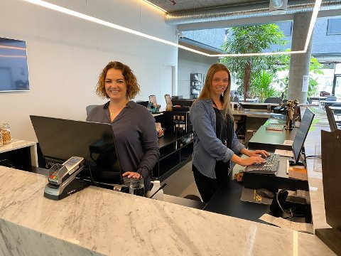 Hotelldirektør Kristine Palmgren (t.v.) forklarer at oppgangen i juli har krevd omstilling for hun og de ansatte, etter lang tid med lav aktivitet i hotell- og reiselivsbransjen. – Det har vært god stemning, selv om det har vært litt stress og doble skift, sier Palmgren, her avbilda sammen med  Sandra Opedal i resepsjonen.