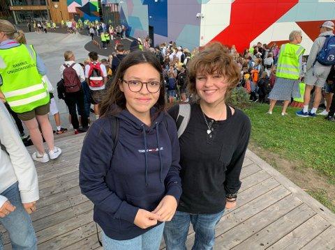Gruglede: Ana Beatriz Dasilva og Matilde Berg Polland var spente før første skoledag på nye Bamble ungdomsskole. – Dette er veldig spennende, men det er litt skummelt med så mange folk, sier Polland.