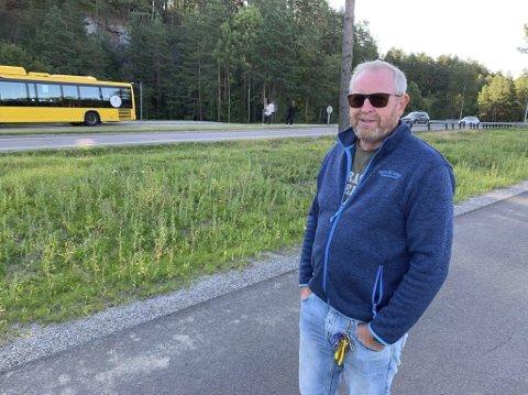 Bekymra: Nils Aage Tangvald i kommunalteknikk mener foreldre og FAU må på banene for å få en slutt på at ungdomsskoleelever krysser den trafikkerte fylkesveien på Grasmyr.