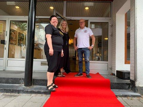 Margunn Haugland er konstituert kultursjef i Bamble. Her sammen Gitte Tokheim og Steinar Jarle Johansen før verdenspremieren på CLUE-filmen.