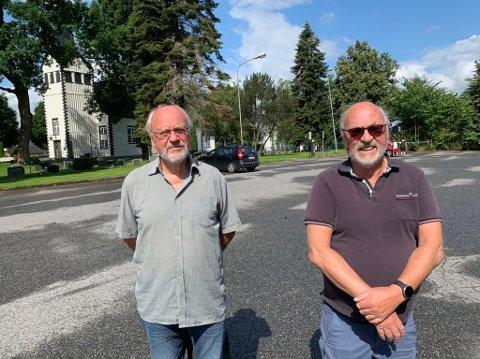 VIL HA PARK: Jan Johnsen og Finn Morten Steen i Vestsiden fellesskap vil ha bobiler eller boliger på Kirketjernet. De mener det er på tide at bydelen heller får en stor og fin park i dette området.