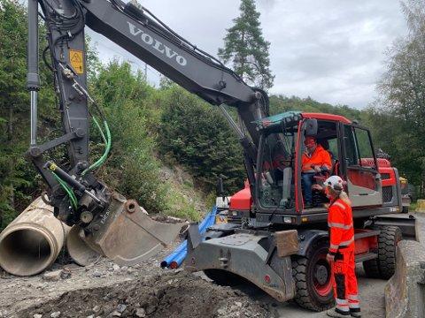 Startet: Ordfører Robin Kåss fikk ta det «første spadetaket med gravemaskinen da kommunen gikk i gang med VA-arbeidene nede på Langangsvegen i 2019. Men det er ennå ikke lagt rør opp til tomtene. Nå vil TVB Bolig snart starte med dette.