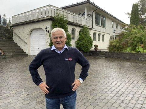Spent: Lars Ludvigsen sier at han fikk beskjed av Nye Veier i sommer om at boligeiendommen deres må løses inn i forbindelse med nye E18. Så langt har han kun skrevet under på opsjonsavtale for en ubebygd nabotomt tett inntil dagens E18.