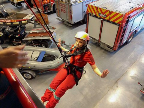 TRENING: Mina Gjerstad og ambulansepersonellet under samtrening med Sarpsborg brannvesen.