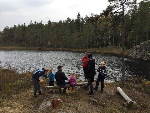 KVALITETSTID I SKOGEN: Mange barnefamilier ble med DNT Indre Østfold første søndagen i oktober.