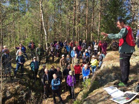 BLE EN SUKSESS: DNT Indre Østfold fortsetter å lokke folk ut i skogen. Denne gangen var det en krigshistorisk tur som sto på programmet, med Svein Syversen fra Mysen.