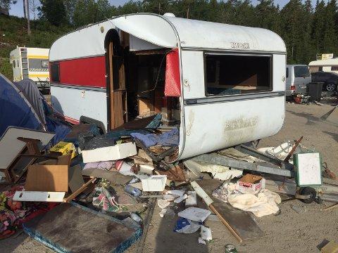 Dette er en av campingvognene som eierne bestemte seg for å la noen andre rydde opp.