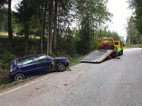 Bilen har kjørt av veien og rullet rundt. (Foto: Beate Sloreby)