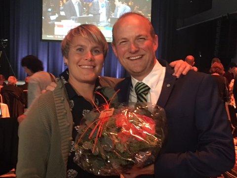 GODT FORNØYD: Karoline Fjeldstad fra Rakkestad har ledet Østfold SPs valgkamp. Her stråler hun sammen med partiets nye stortingsrepresentant Ole André Myhrvold på mandagens valgvake i Moss.