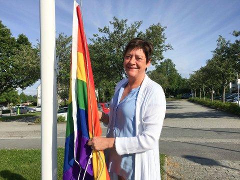 Krever arrangement: Ordfører Ellen Solbrække sier loven gir åpning for å heise regnbueflagg og flere andre flagg utenfor Rakkestad kulturhus.