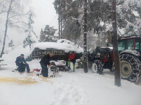 GUTTA PÅ KLEPPEN: En traktor har funnet veien helt til toppen av Linnekleppen takket være Øivind Dahl, Knut Bredholt og Jan Lie.