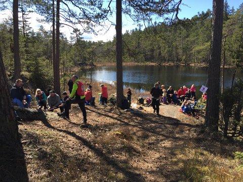 TUR FOR HELE FAMILIEN: DNT Indre Østfold sin familieturen søndag 29. april gikk fra Korperudmoen over Smalen til Minnestein og videre om Svarttjern, deretter med retur til startpunktet på Korperudmoen.
